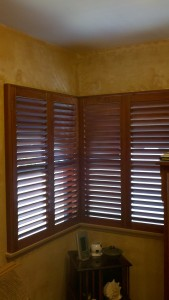 Corner wood shutters with clearview tilt rod