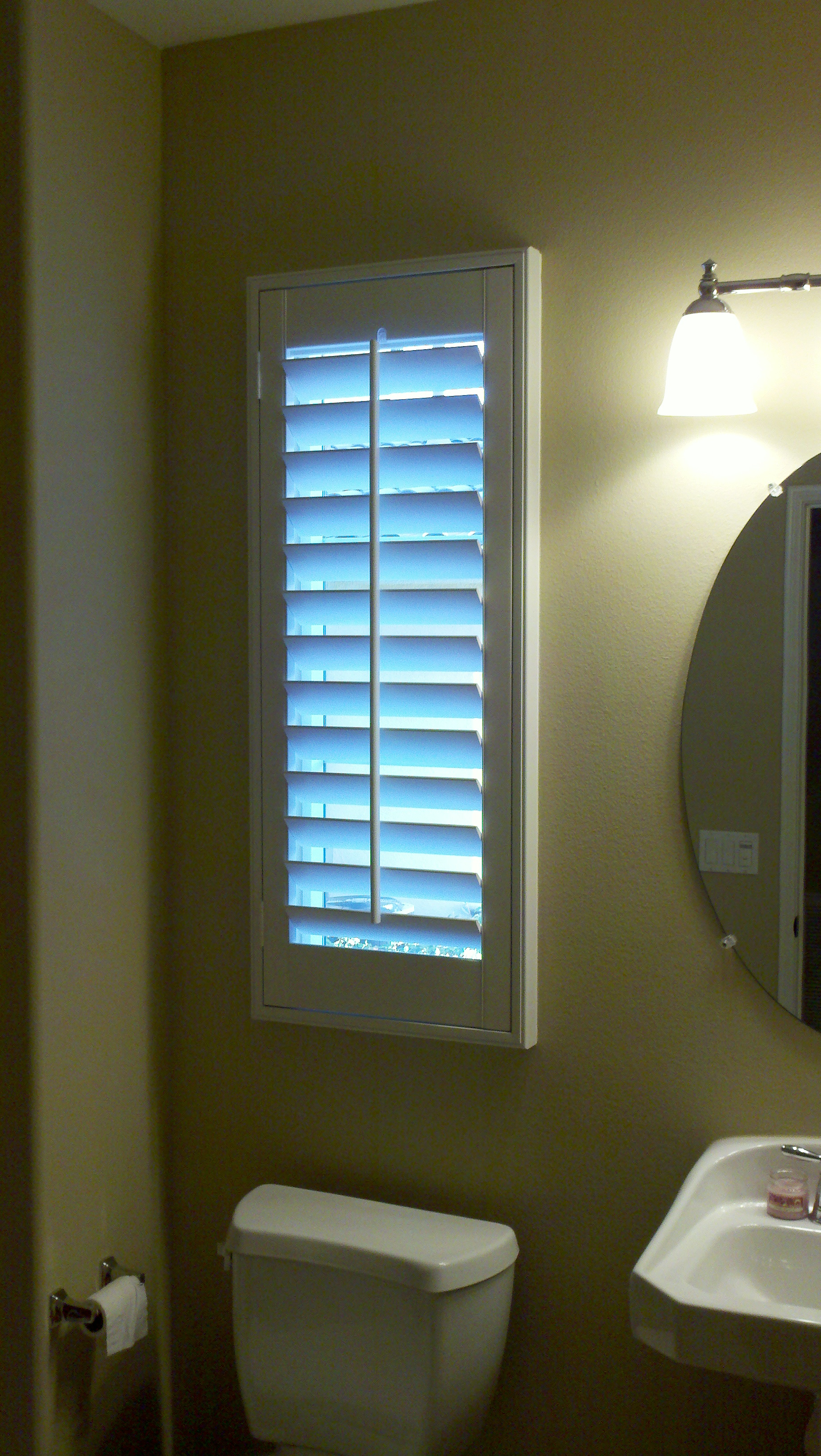 Plantation shutters il ca superior view shutters for Blinds bathroom window